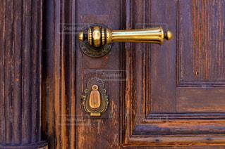 木製の表面ゴールド ロックの写真・画像素材[725041]