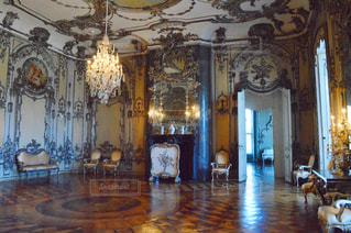 家具やテーブルの上に花瓶で満たされた部屋の写真・画像素材[726754]