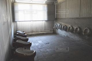 ウィンドウの横に座っている白い浴槽付きのバスルームの写真・画像素材[729938]