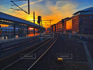 鋼のトラックに大きな長い列車 - No.734468
