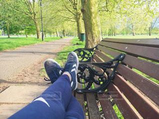 公園のベンチに座っている女性 - No.745262