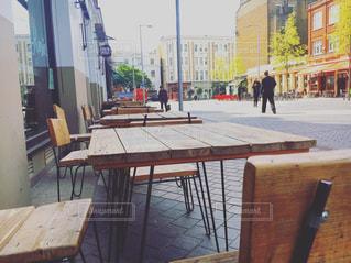 木製のベンチに座っている人々 のグループ - No.749236