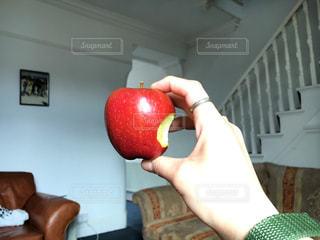 部屋にリンゴを持っている手の写真・画像素材[749295]