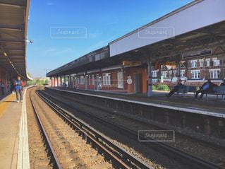 電車の駅で線路に大きな長い列車の写真・画像素材[758373]