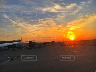 街に沈む夕日の写真・画像素材[765731]