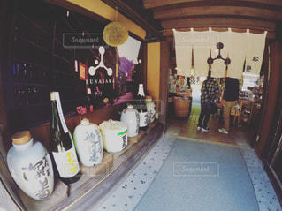 テーブルの上にワインのボトルの写真・画像素材[768023]