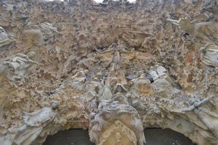 岩の上のケーキの一部の写真・画像素材[794884]
