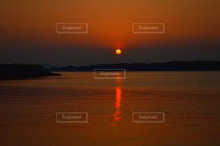 水の体に沈む夕日の写真・画像素材[797200]