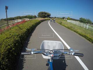 バイクは、道の脇に駐車の写真・画像素材[803230]