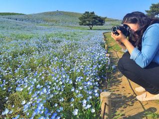 草の中に立っている人の写真・画像素材[811017]