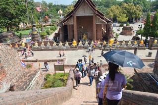 傘を持って雨の中歩く人々 のグループの写真・画像素材[818031]