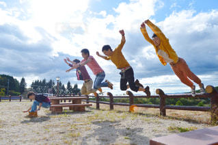 スケート ボードでトリックを行う空気中のジャンプ男 - No.818039