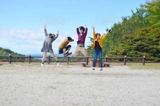 砂浜の上に立つ人々 のグループ - No.818041