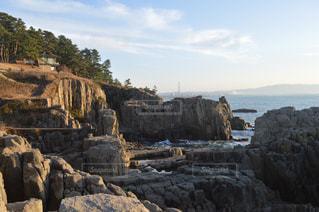 近くに大きな岩のアップの写真・画像素材[820395]
