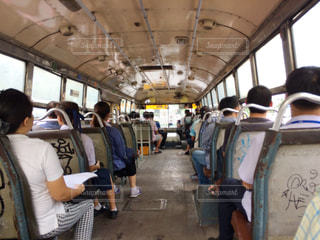 電車に乗るを待っている人々 のグループの写真・画像素材[820418]