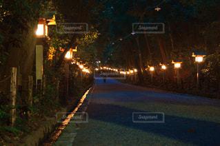 近くに夜の街のアップの写真・画像素材[820721]
