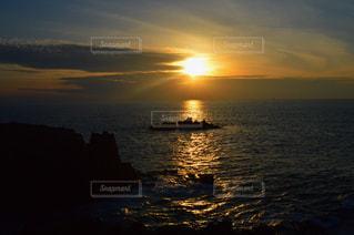 水の体に沈む夕日の写真・画像素材[820724]