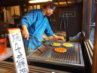 食品トレイの前に立っている男の写真・画像素材[845226]