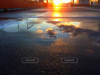水の体に沈む夕日の写真・画像素材[864210]