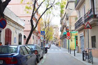 車で狭い街は道の脇に駐車の写真・画像素材[876279]