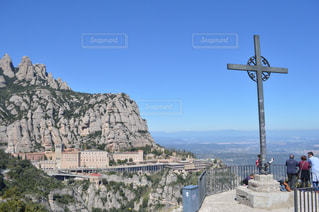山の前に立っている男の写真・画像素材[904377]