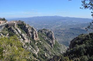 背景の木と岩が多い山のビューの写真・画像素材[904402]