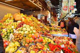 新鮮な食材がたくさんでいっぱいの店の人々 のグループ - No.914011
