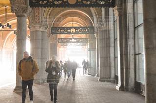 建物の前に歩く人々 のグループの写真・画像素材[1136884]
