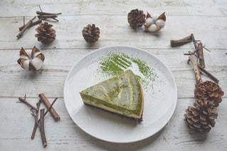 皿の上のケーキの一部の写真・画像素材[1376694]