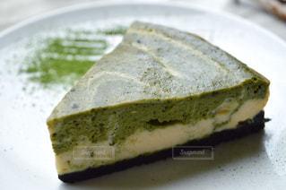 皿の上のケーキの一部の写真・画像素材[1376695]