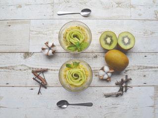 木製のまな板の上に座ってリンゴの写真・画像素材[1615254]