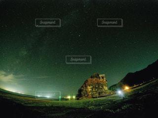 夜に見上げる空の景色の写真・画像素材[1796742]