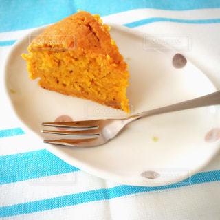フォークで皿の上のケーキの一部の写真・画像素材[1311362]