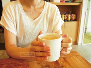 コーヒーを持つ女性の写真・画像素材[1424907]