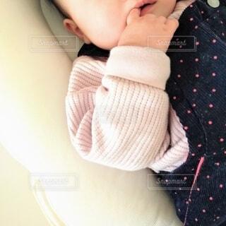 指しゃぶりの赤ちゃんの写真・画像素材[4169587]