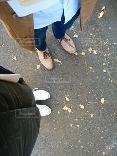 地面に横たわっている人の写真・画像素材[4826185]