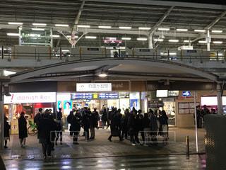 夜のにぎやかな自由が丘駅前の様子の写真・画像素材[1066903]