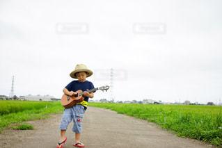 ウクレレを弾く子供の写真・画像素材[711441]