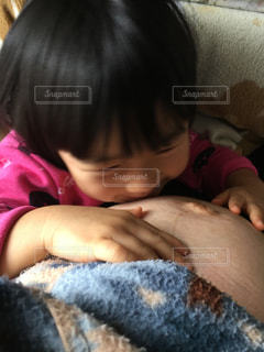 女の子の赤ん坊を保持の写真・画像素材[968655]
