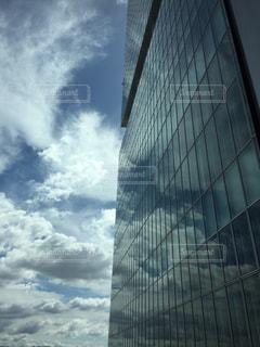 ビルに映る空の写真・画像素材[2173822]