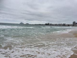 海の横にある砂浜のビーチ - No.715125