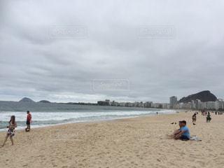 砂浜の上に立つ人々 のグループ - No.715126