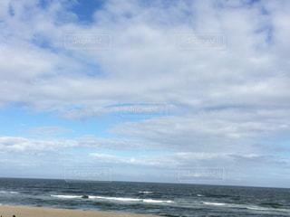 海の横にある砂浜のビーチ - No.715130