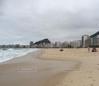 砂浜の上に立つ人々 のグループ - No.715149