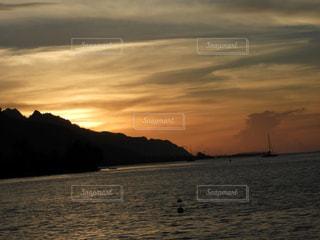水の体に沈む夕日 - No.712950
