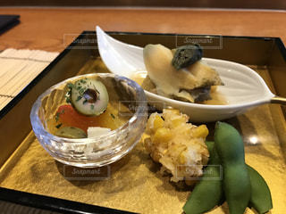 テーブルの上に食べ物のプレート - No.712886