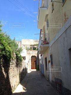 れんが造りの建物の前の狭い通りの写真・画像素材[1206412]