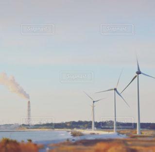 火力発電所と風力発電の写真・画像素材[1873185]