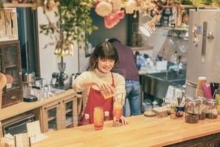 クリームソーダを作る女性店員の写真・画像素材[2721062]
