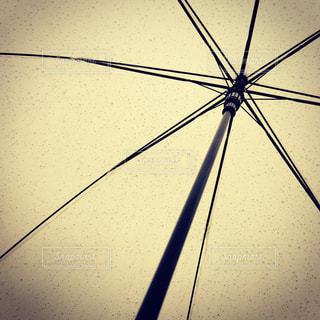 近くに傘のアップの写真・画像素材[713116]